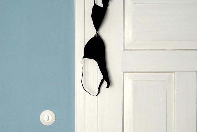 Soutien à frente da porta. E atrás da porta?